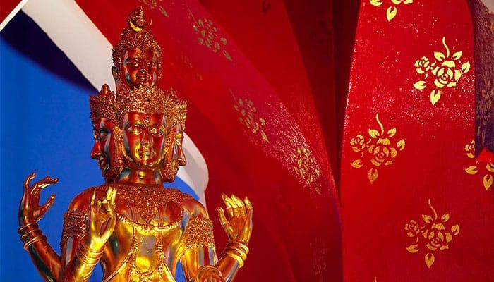 Xem ngay: Kinh nghiệm du lịch Bangkok tự túc từ A đến Z!  Đền thờ Trimuti ở Central World